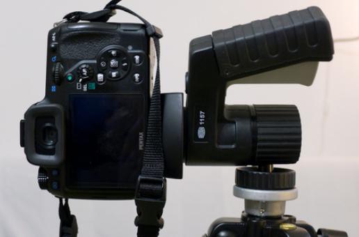 durch eine Aussparung lassen sich Kameras um 90 Grad anwinkeln