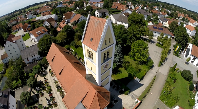FPV fliegen: Kirche, Störche und tolle Landschaft