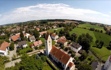 Eine Kirche, Störche und bestes Flugwetter