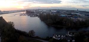Im Hintergrund rechts Bootsanleger. Vorn der Seitenkanal mit Hausbooten