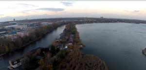 Links der Kanal, rechts davon ein großer See ... mittendrin die Wohnbootreihen