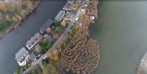 Vogelperspektive aus 80m auf Kanal und Hausboote