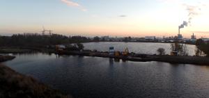 Baustelle: Hier wird eine umlaufende Straße die aufgeschütteten Sandbuchten verbinden. In den Buchten wird Wohnraum für Hausbootbesitzer entstehen.