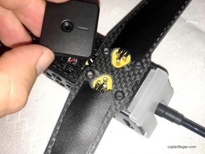 Vier Schrauben fixieren jeden Arm. Die Abdeckung schützt die Kontakte